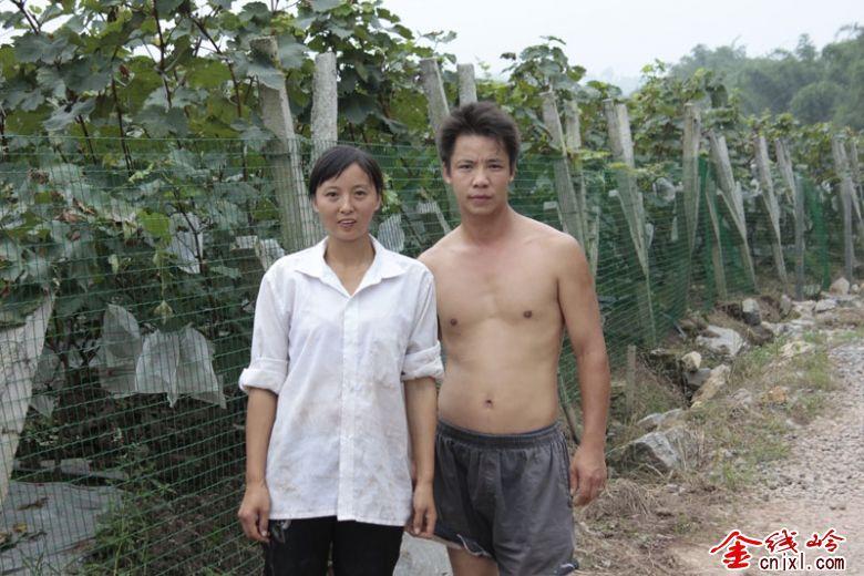 沙河市岗冶村美女-月23日,高县沙河镇石岗村一组农民廖明忠在自己的葡萄园里,捧着